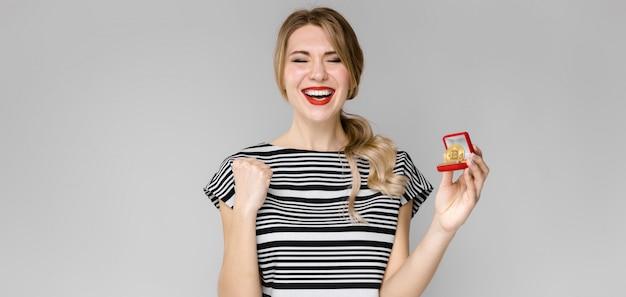 ギフト用の箱と興奮の女性 Premium写真