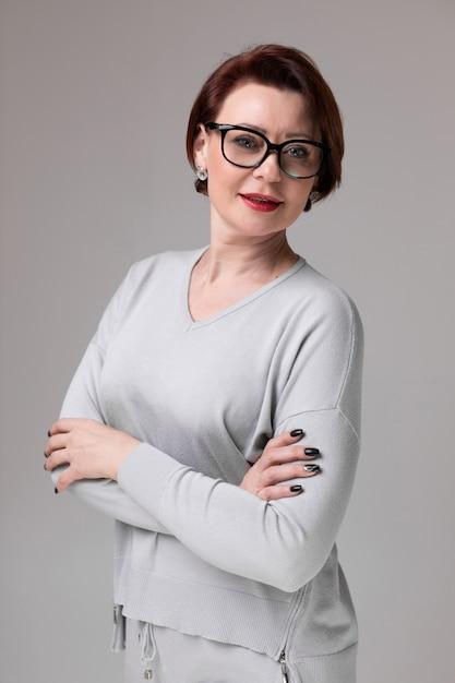 光に分離された眼鏡の美しい女性の肖像画 Premium写真
