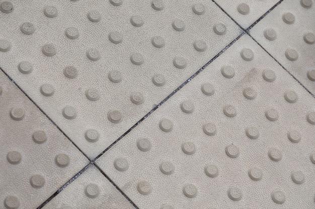 テクスチャ付きの灰色の触覚舗装 Premium写真