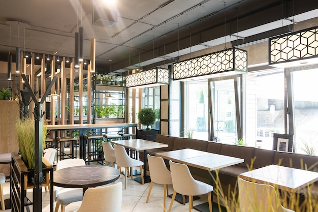 朝の日差しの中で近代的な都市レストランのインテリア Premium写真