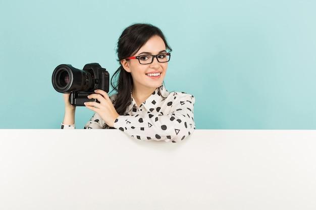 カメラを持つ若い女 Premium写真