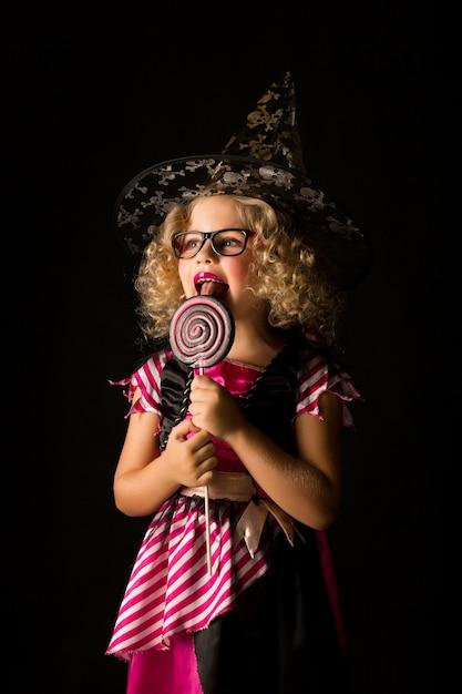 魔女ハロウィーンの衣装で魅力的な女の子 Premium写真