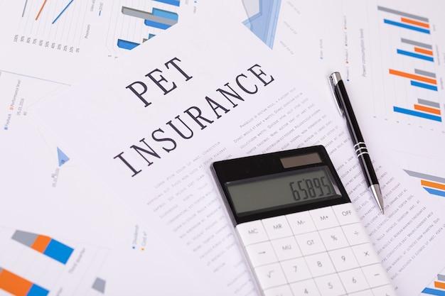 ペット保険のコンセプト、デスクトップ上のドキュメント Premium写真