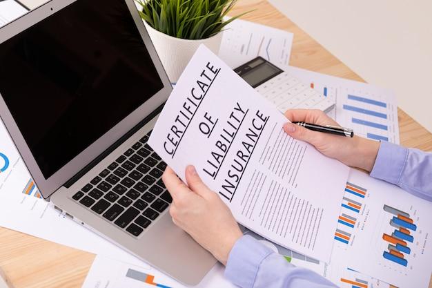 賠償責任保険の概念、デスクトップ上のドキュメント Premium写真