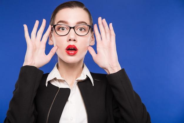 顔の近くの手でメガネの女性 Premium写真
