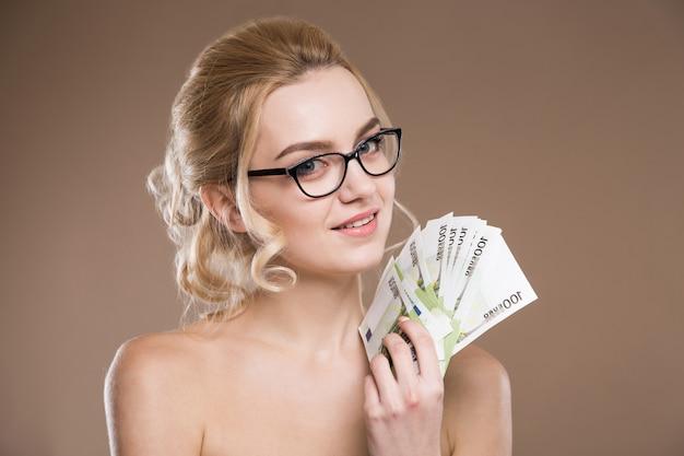手にお金とメガネの少女の肖像画 Premium写真