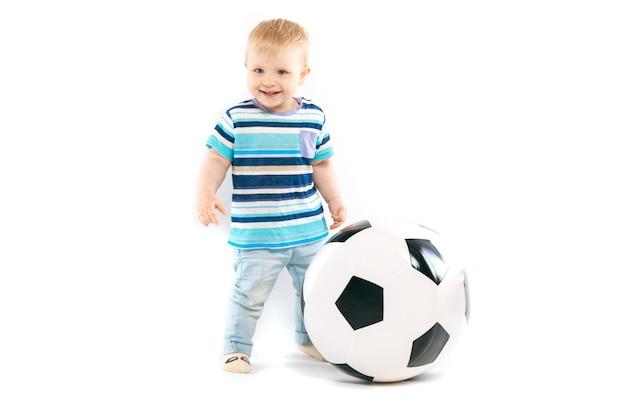 Маленький любитель футбола Premium Фотографии