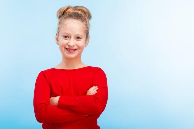 Улыбающаяся маленькая девочка Premium Фотографии