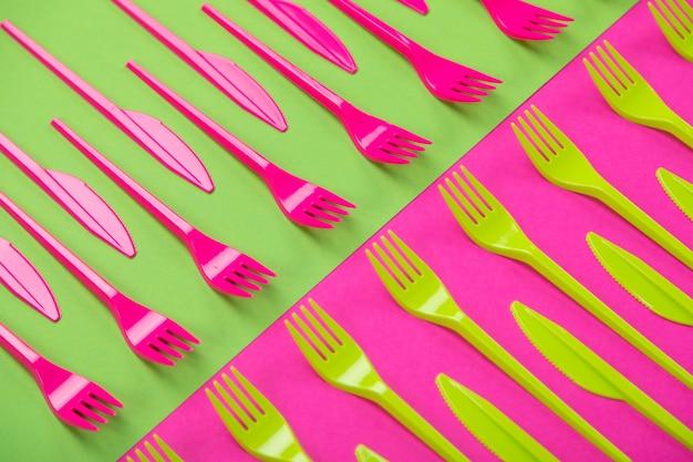 Красочный набор пластиковой посуды, изолированных на фоне Premium Фотографии