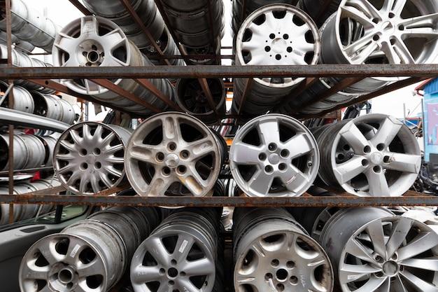 自動車部品市場。車の車輪は地面にあります。 Premium写真