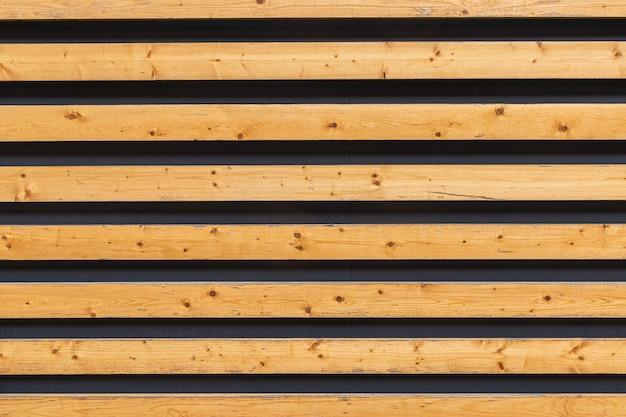 壁に暗い隙間のある木製の板 Premium写真