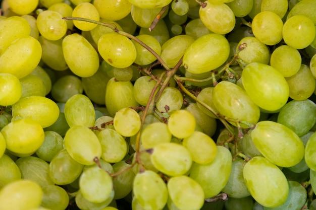 Букет из сочных зеленых экзотических азиатских фруктов для фона на фермерском рынке полки крупным планом Premium Фотографии