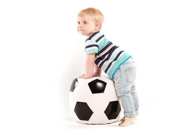 Молодой болельщик с большим футбольным мячом Premium Фотографии