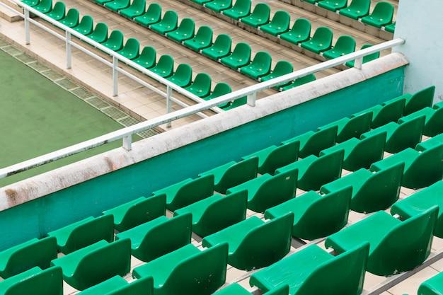 緑の斜めの空の観客席の行 Premium写真