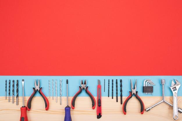 Набор различных механических инструментов, изолированных красно-синий Premium Фотографии
