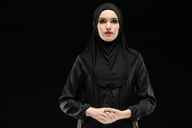 伝統的な服の若いイスラム教徒女性の肖像画 Premium写真