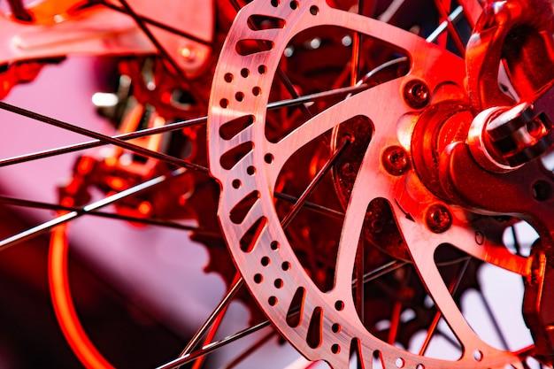 赤い人工雷で自転車の名前付きメカニックブレーキディスクのクローズアップショット Premium写真