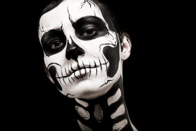 Красивая женщина с тату скелета Premium Фотографии
