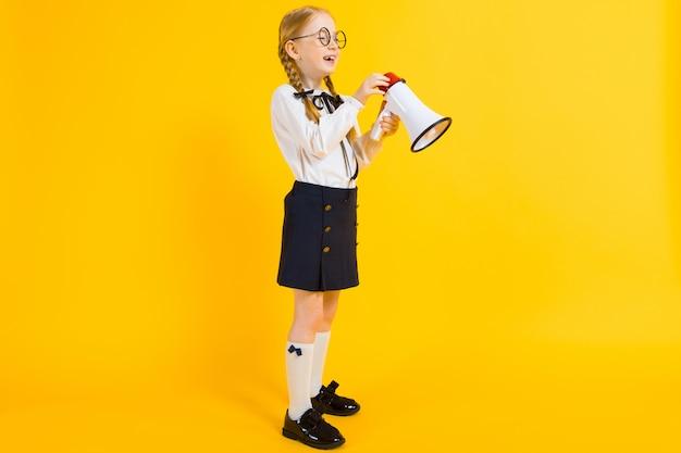 白いブラウスと黒いスカートの美しい少女の肖像画。 Premium写真