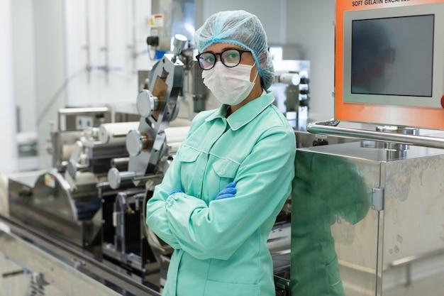 コントロールパネルの近くに立っているかわいいの科学者 Premium写真