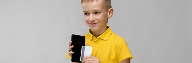 電話でかわいい男の子 Premium写真