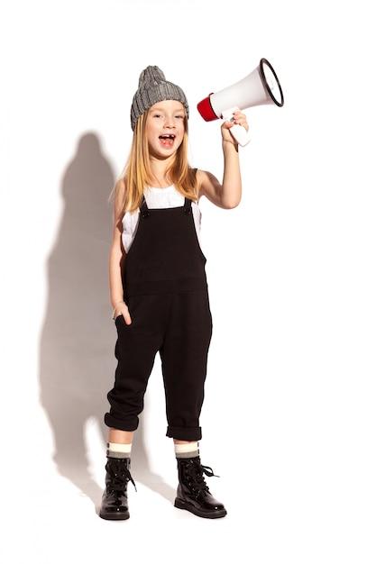 Маленькая девочка с мегафоном Premium Фотографии