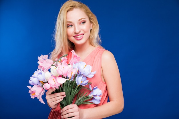 花を持つ少女 Premium写真