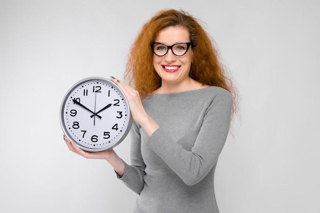 時計を持つ若い女 Premium写真