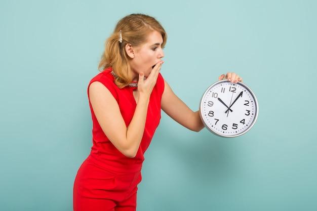 時計と魅力的なショックを受けた女性 Premium写真