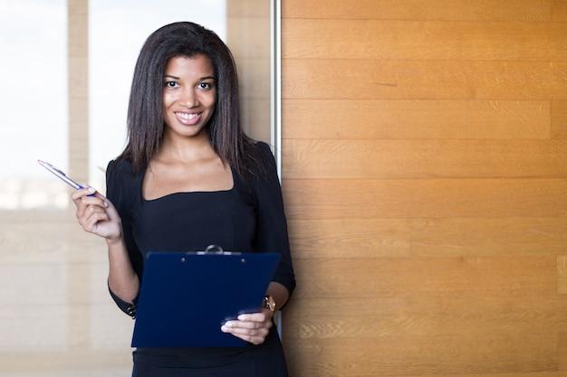 Красивая молодая бизнес-леди в черном крепком люксе Premium Фотографии