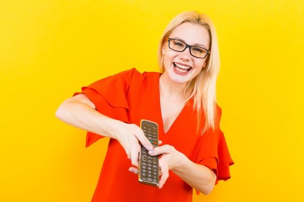 Блондинка в платье с дистанционным управлением Premium Фотографии