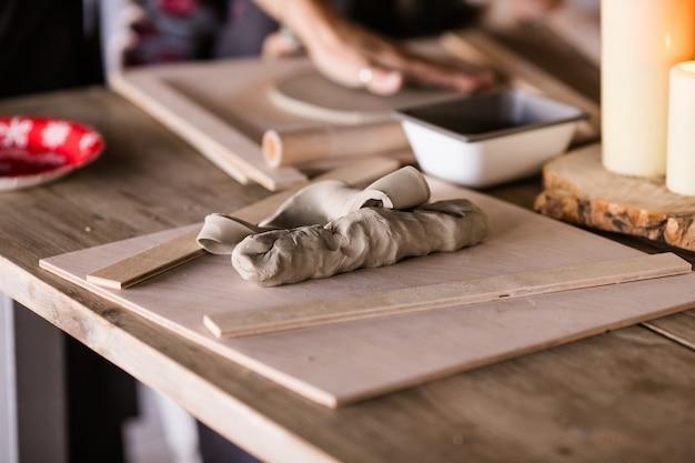 ワークショップのテーブルの上の粘土片 Premium写真