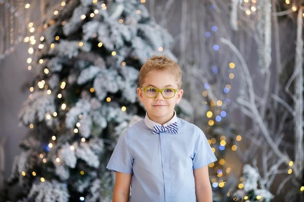 Портрет счастливого ребенка мальчика с большими очками в помещении студии Premium Фотографии