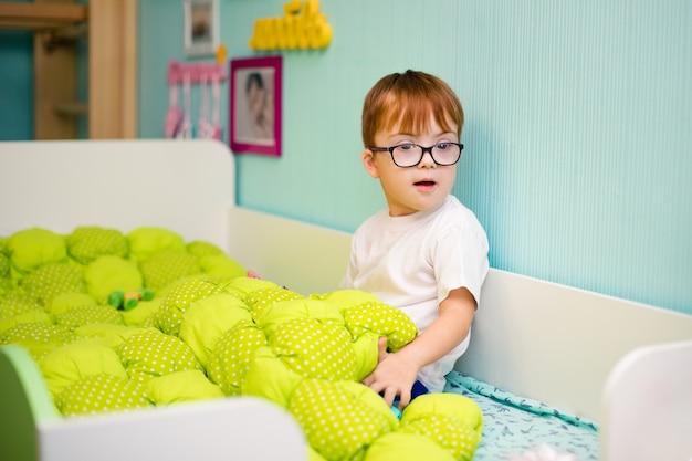 ダウン症の少年 Premium写真