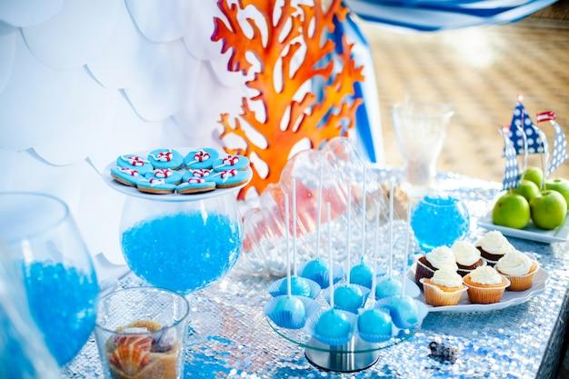 パーティーのキャンディーバーの海のテーマ。 Premium写真