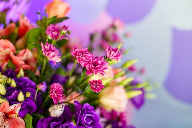 Роскошный свадебный стол с цветами и деревьями. Premium Фотографии