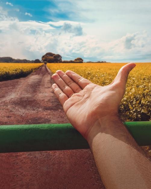農家はアメリカ大陸の大豆農園を歓迎します。持続可能な農業の概念図。 Premium写真