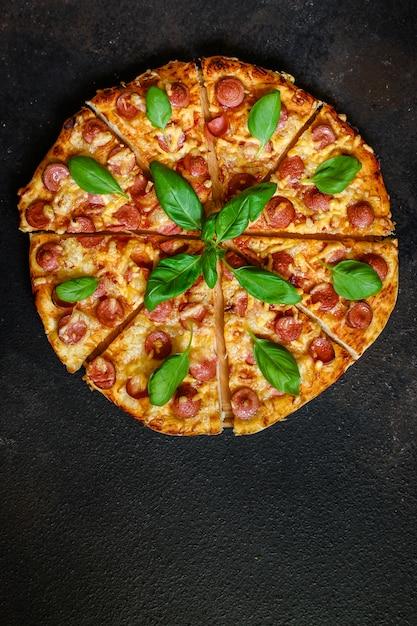 ソーセージとピザ。 Premium写真