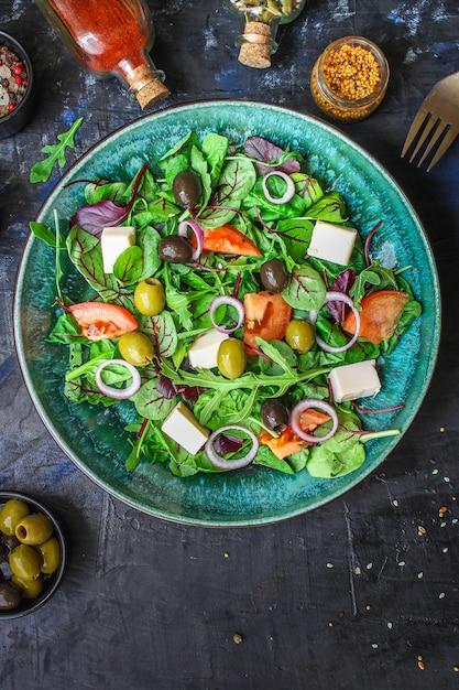 Полезный салат из оливок, салата, помидоров и сыра фета Premium Фотографии