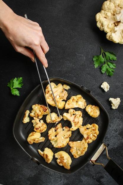 カリフラワーのグリル(グリル野菜またはスナックサラダ、トマトのブルスケッタ) Premium写真