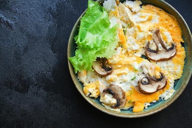 Яичница яичница омлет с грибами Premium Фотографии