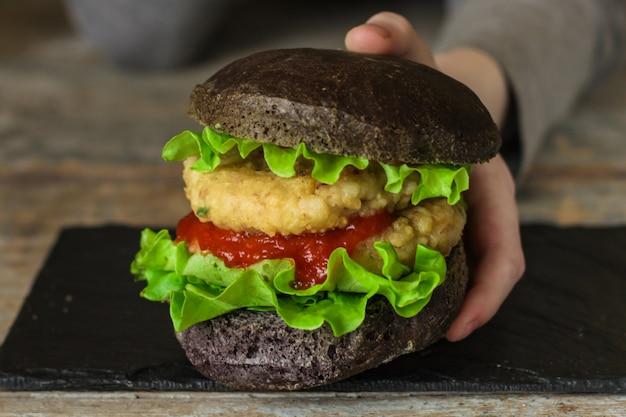 Концепция меню черный бургер. еда фон Premium Фотографии