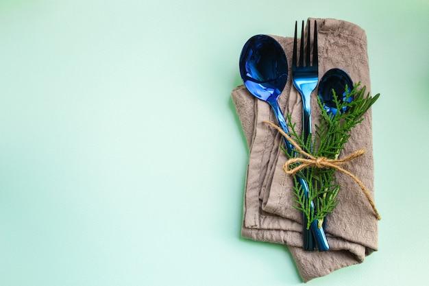 素朴なカトラリー、食事や食事に使用されます(スプーン、フォーク、光沢のある、美しい) Premium写真