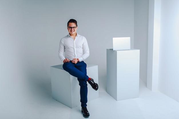 フォーマルな服装で陽気な笑みを浮かべて男のスタジオポートレート Premium写真