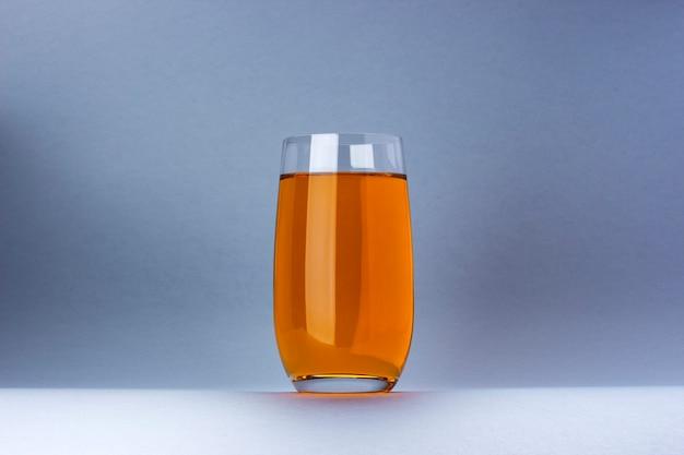 白い背景で隔離のリンゴとグレープジュースのガラス Premium写真