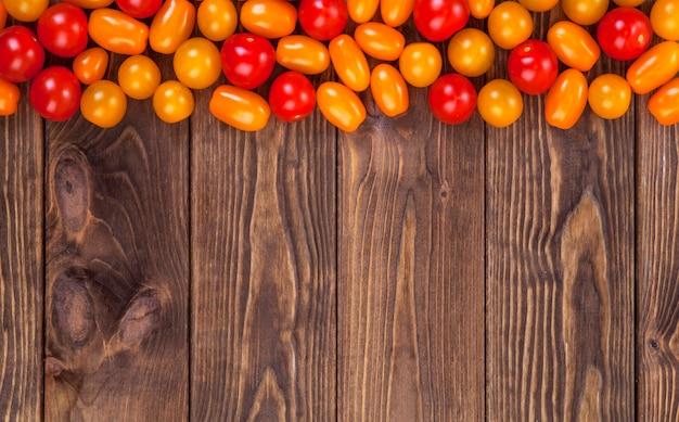 木製のテーブル背景、上面にチェリートマト Premium写真