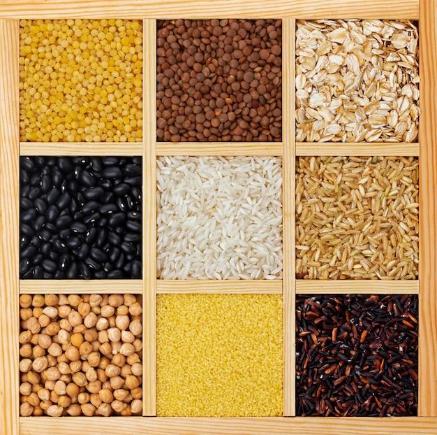 乾燥した穀物、割り、豆の木箱の上面図 Premium写真