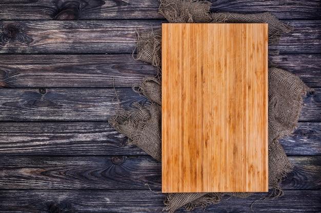 暗い木のカッティングボード、トップビュー Premium写真