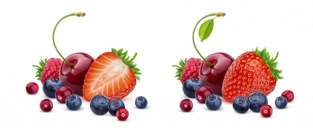 白、新鮮な野生の果実の山に分離されたベリーミックス Premium写真