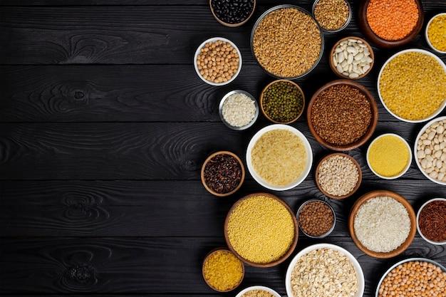 ボウルのシリアル、穀物、種子、割り Premium写真